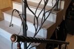 Декор лестниц кованными и деревянными элементами